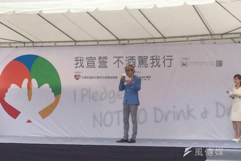 20170830-酒與社會責任促進會理事長王德勤,一上台便獲得廣大掌聲,他期許更多人一起投入活動,成為反酒駕宣導大使。(李泰誼攝)