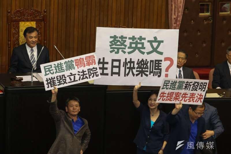 立法院臨時會最後一天,國民黨立委仍為之前的前瞻法案抗議。(陳明仁攝)
