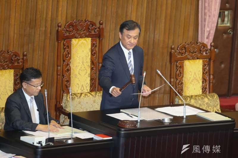 立法院臨時會最後一天,國體法趕在台灣英雄大遊行前三讀通  過,主持立院院長蘇嘉敲槌。(陳明仁攝)