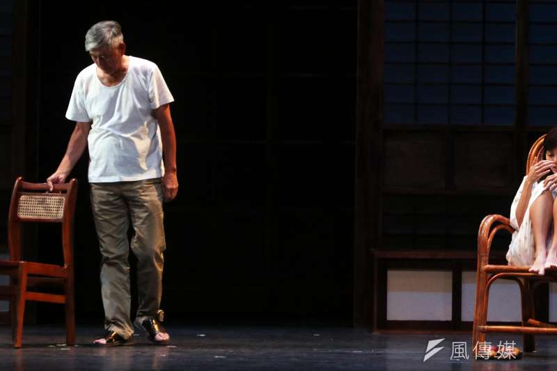20170831-綠光劇團台灣文學劇場首步曲「清明時節」三度加演,下午舉行彩排記者會,圖為演員柯一正(左)、張靜之(右)兩人精彩對戲。(蘇仲泓攝)