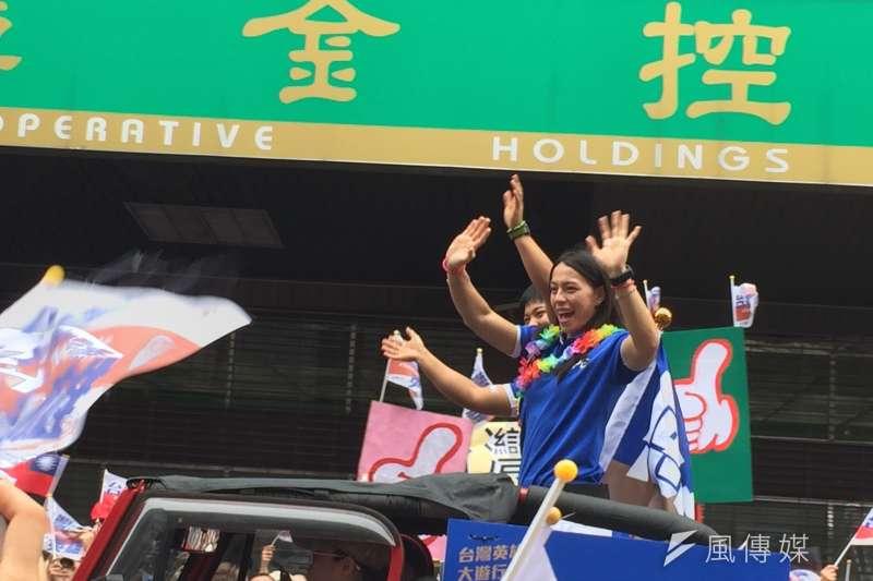 世大運遊行,破世界紀錄的舉重選手郭婞淳。(簡恒宇攝)