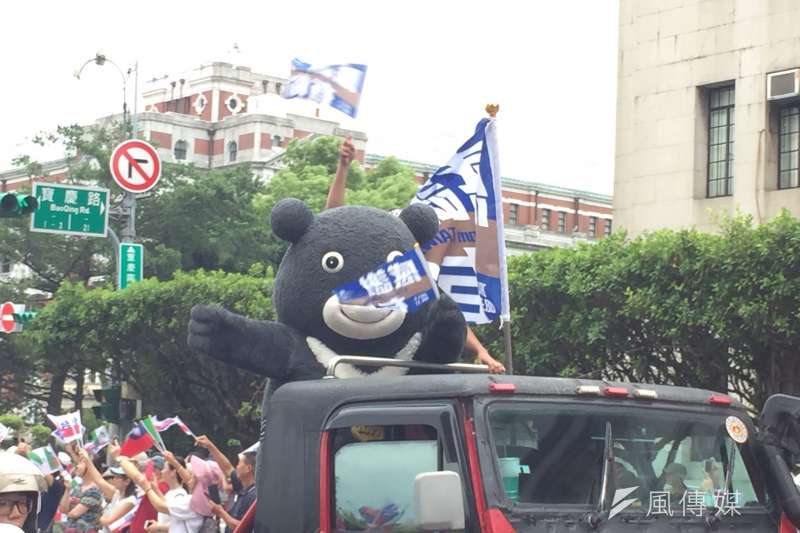 世大運遊行,吉祥物熊讚也坐車參加。(簡恒宇攝)