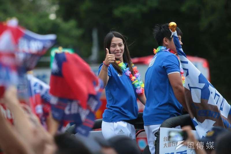 世大運結束後的遊行。圖為女子58公斤級挺舉破世界紀錄的郭婞淳。(顏麟宇攝)