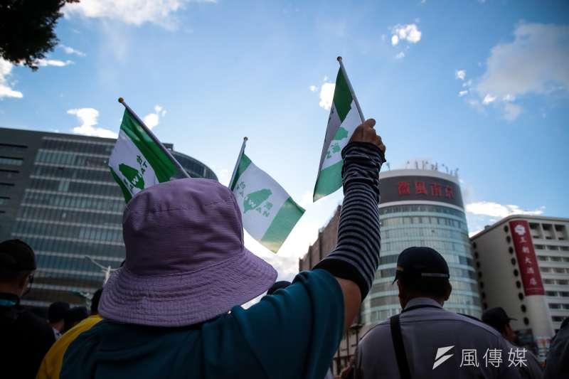 世大運30日舉行閉幕典禮,獨派團體台灣國成員於小巨蛋場館周邊揮舞發送世界台灣人旗。(顏麟宇攝)