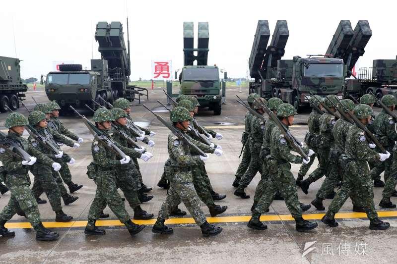 圖為空軍在臺南基地舉行「防空暨飛彈指揮部」編成典禮,各型防空飛彈和部隊接受校閱。(蘇仲泓攝)