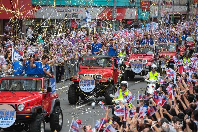 20170831-世大運中華隊31日搭乘車輛參與「英雄大遊行」活動,當駛進館前路「英雄谷」時,受到兩側民眾熱烈歡迎。(顏麟宇攝)
