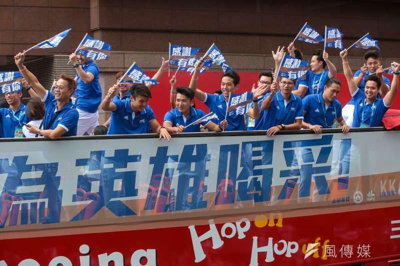 世大運選手搭乘觀光雙層巴士參與「英雄大遊行」活動,於館前路時受到兩側民眾熱烈歡迎。(顏麟宇攝)