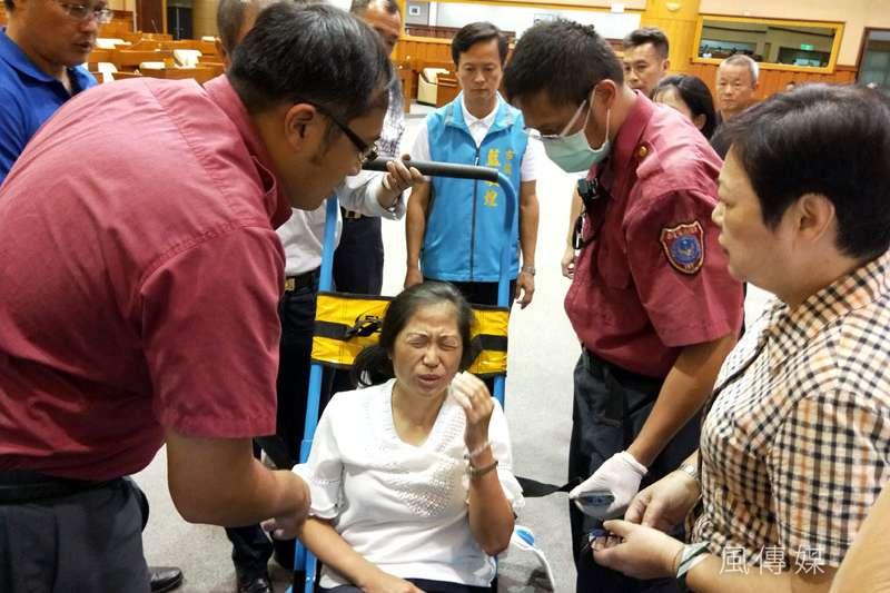 議員呂美玲倒地暈眩,經救護人員送醫治療。(圖/張毅攝)