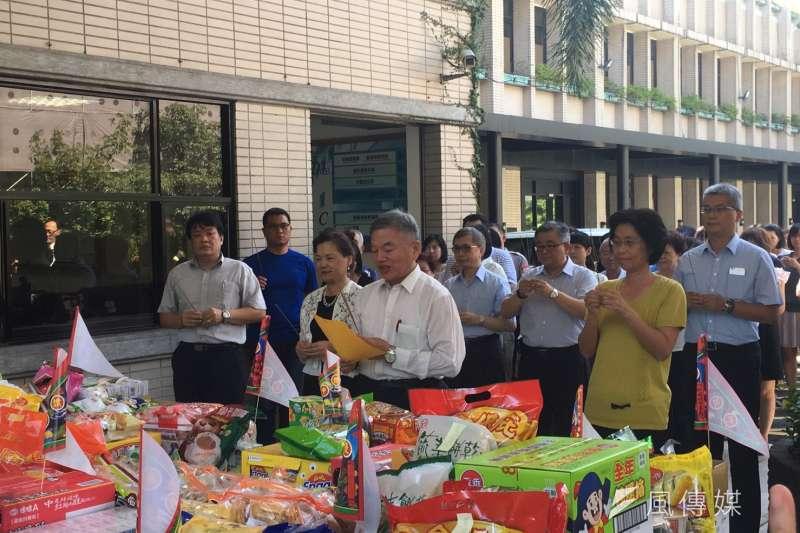 經濟部代理部長沈榮津(中)、次長王美花(左二),對於賴清德內閣的經濟部長人選都避談。(尹俞歡攝)