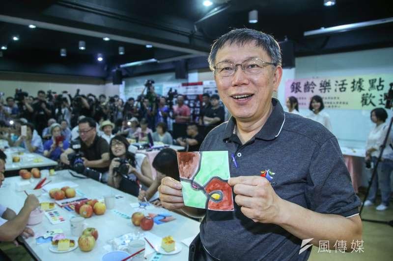 台北市長柯文哲出席重陽敬老銀向幸福記者會,體驗據點課程、彩繪繽紛拼圖。(陳明仁攝)