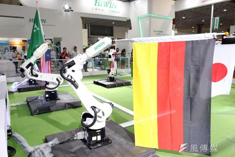 20170906-「2017台灣機器人與智慧自動化展」上午登場。現場展示精密機器手臂所帶來的旗舞。(蘇仲泓攝)