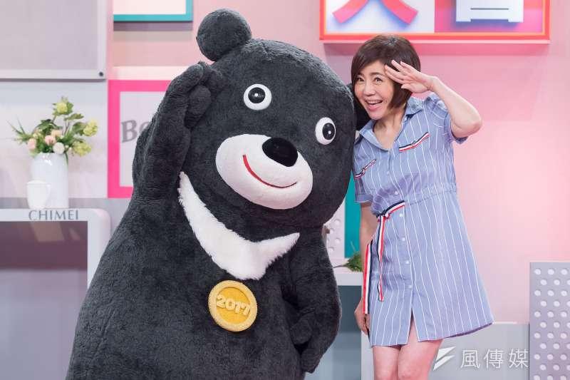 世大運吉祥物熊讚失業後,於8日來TVBS《國民大會》應徵于美人的助理主持。(TVBS提供)