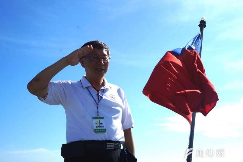 台北市長柯文哲赴澎湖勞軍,與鄭和號鑑尾國旗合影。(王彥喬攝)