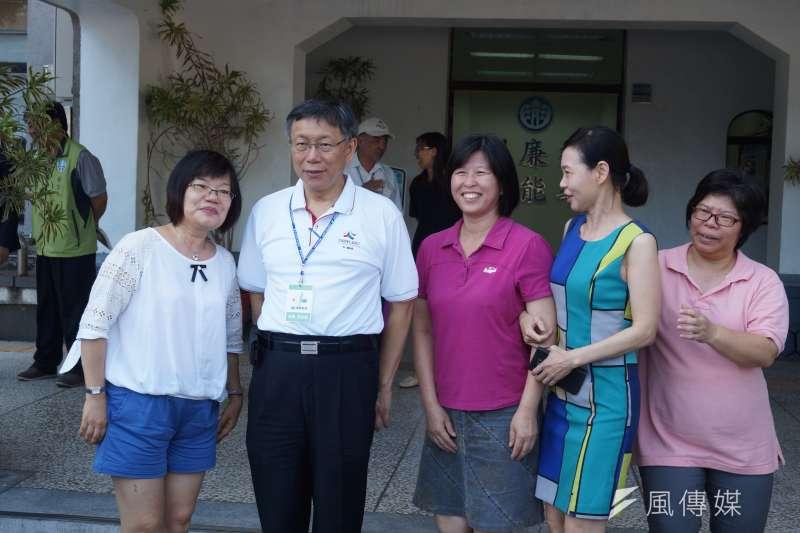 台北市長柯文哲在澎湖與民眾合照。(王彥喬攝)