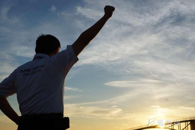 台北市長柯文哲在澎湖彩虹橋夕陽前的背影。(王彥喬攝)