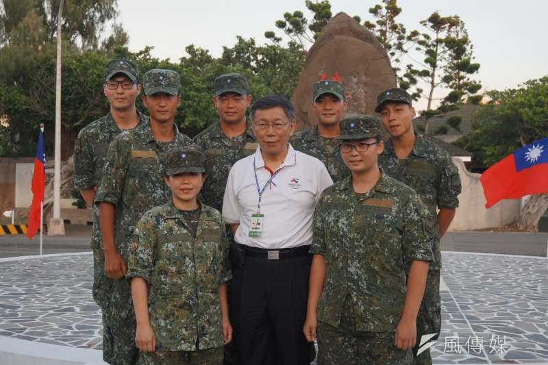 台北市長柯文哲與北市在澎湖當兵的役男合影。(王彥喬攝)