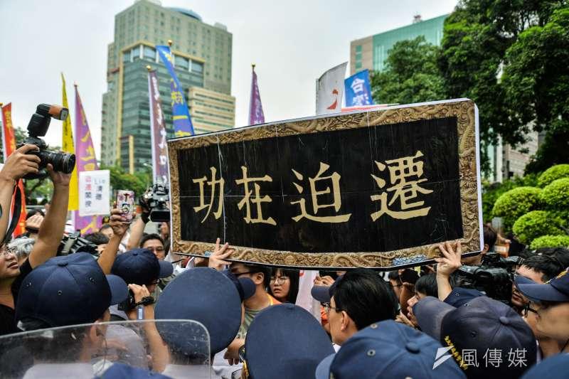 迎戰迫遷內閣記者會,反迫遷團體與警察發生推擠。(甘岱民攝)