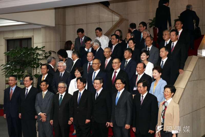 20170908-行政院8日舉行新舊院長交接,新任內閣賴清德與其內閣團隊合照,後面的閣員於照片拍攝中就轉身離開。(蘇仲泓攝)