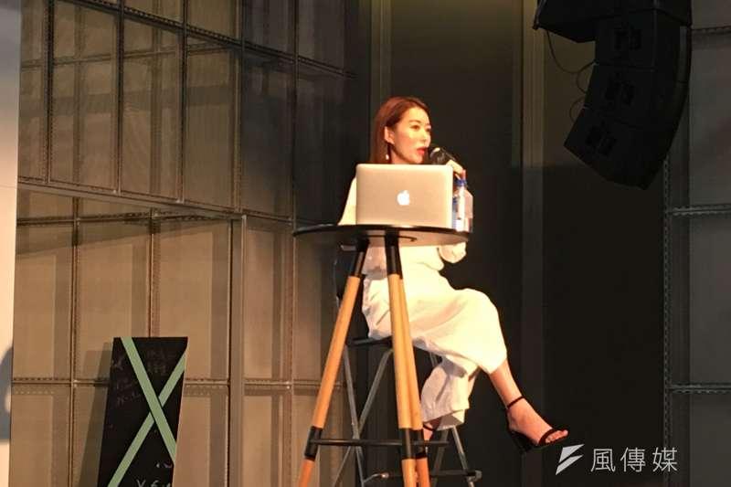 前東京著衣、現任Wstyle創辦人周品均分享自己先前的失敗經歷,勉勵台下觀眾,千萬不要害怕失敗,擁抱失敗並勇於嘗試,終究會有成功的一天。(黃宇綸攝)