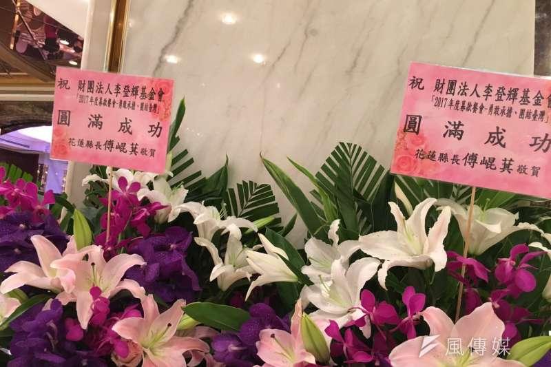 李登輝基金會,傅崐萁送花。(顏振凱攝)