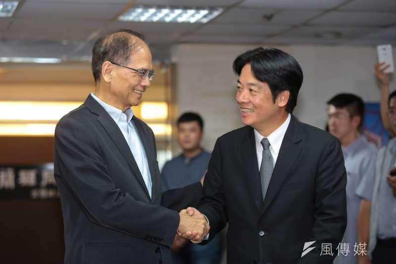 前行政院長游錫堃(左)2日公開籲請行政院長賴清德(右)留下來,為台灣承擔。(資料照,顏麟宇攝)