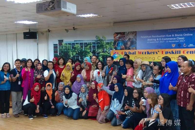 台灣外籍工作者發展協會10日在台北市開南商工舉辦「移工翻轉學苑」開學典禮,吸引許多印尼移工學員參加。(張志妤)