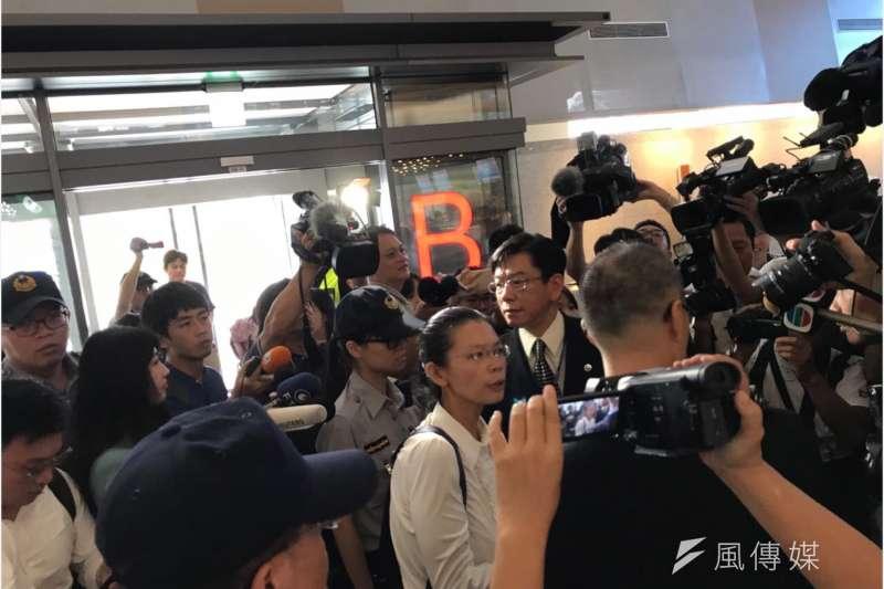 中國將對李明哲將於11日展開審判,李凈瑜前往松山機場,準備動身前往中國。(石秀娟攝)