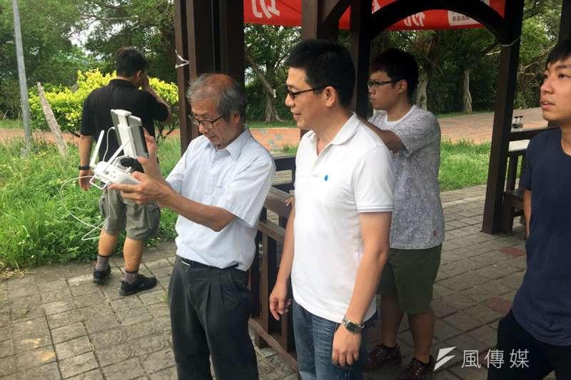 謝立功(右)推廣空拍機拍攝,邀請拍世大運的楊峰榮老師示範操作。(圖/張毅攝)