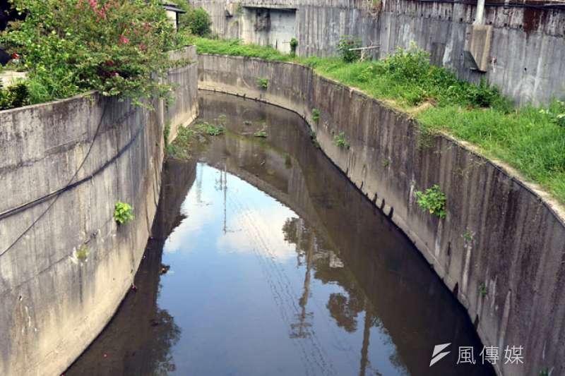 無名橋下的長期排水問題,造成淹水。(圖/張毅攝)
