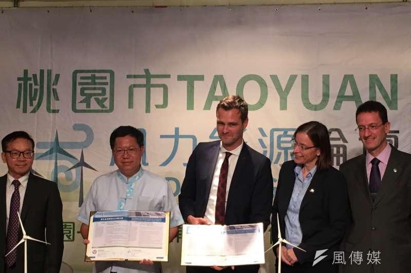 桃園市長鄭文燦(左二)和wpd執行董事柯朗夫(Ralf Kettler)簽合作備忘錄。(尹俞歡攝)