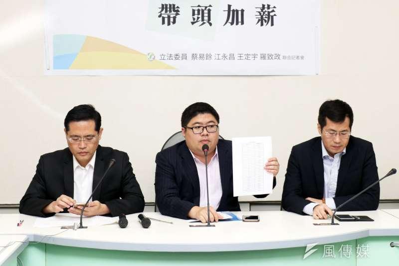 民進黨委員蔡適應、羅致政、江永昌舉行「支持政府 帶頭加薪」記者會。(蘇仲泓攝)