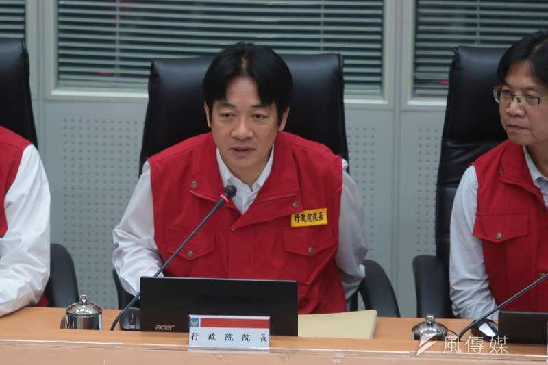 行政院長賴清德13日視察泰利颱風中央災害應變中心,並表示,颱風詭譎多變,不斷改變路徑,所有人應戒慎恐懼。(顏麟宇攝)