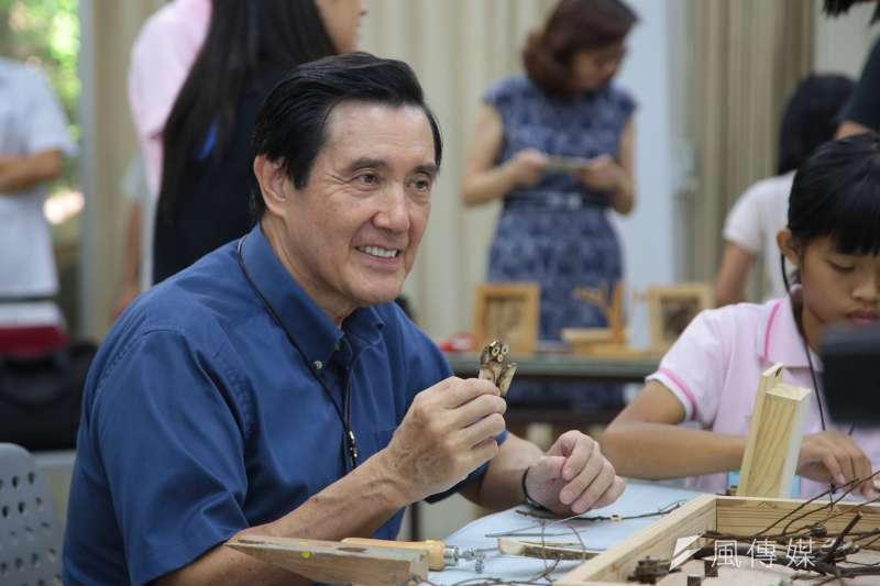 20170916-前總統馬英九16日出席「新台灣人小學堂」大小書蟲相見歡見面會,並於現場和小朋友一同參與枯枝創作。(顏麟宇攝)