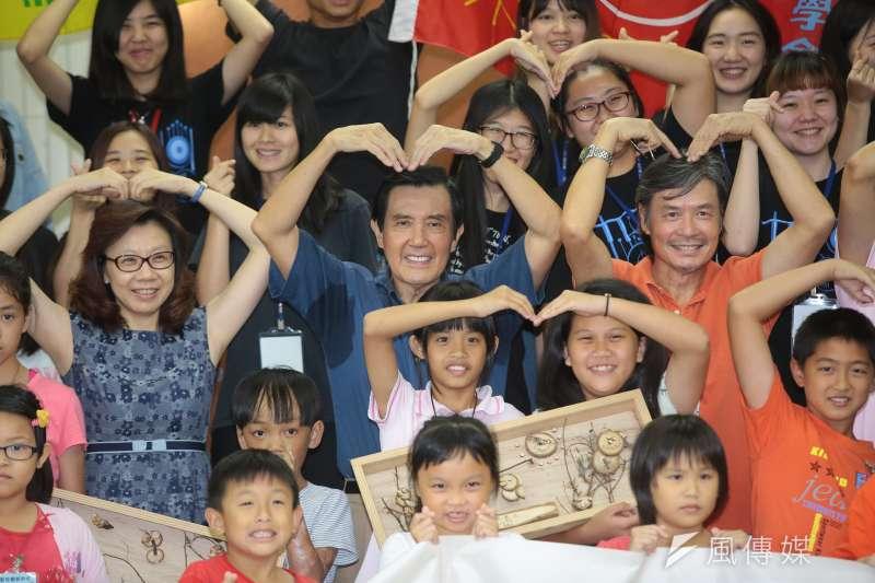 20170916-前總統馬英九16日出席「新台灣人小學堂」大小書蟲相見歡見面會,並於現場大小朋友一同合照。(顏麟宇攝)