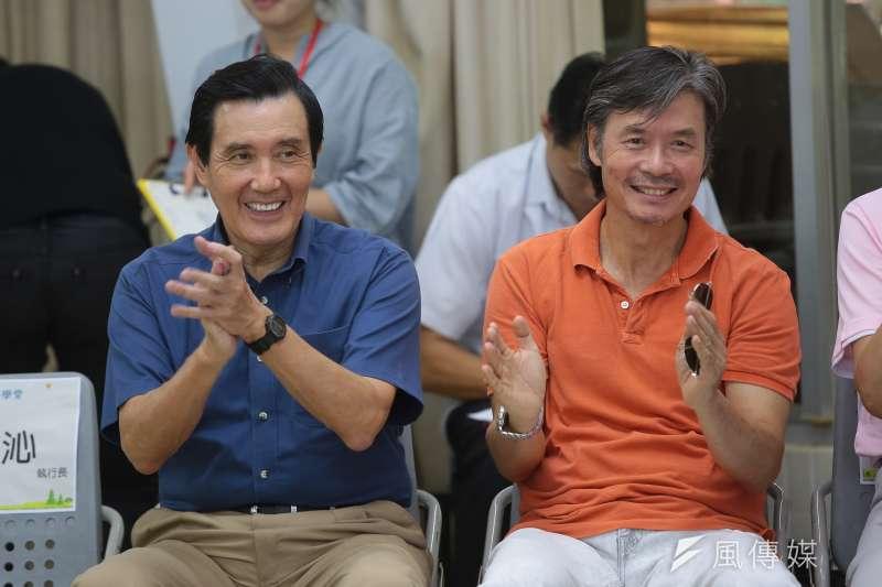 前總統馬英九(左)、新台灣人文教基金會執行董事金溥聰16日出席「新台灣人小學堂」大小書蟲相見歡見面會。(顏麟宇攝)