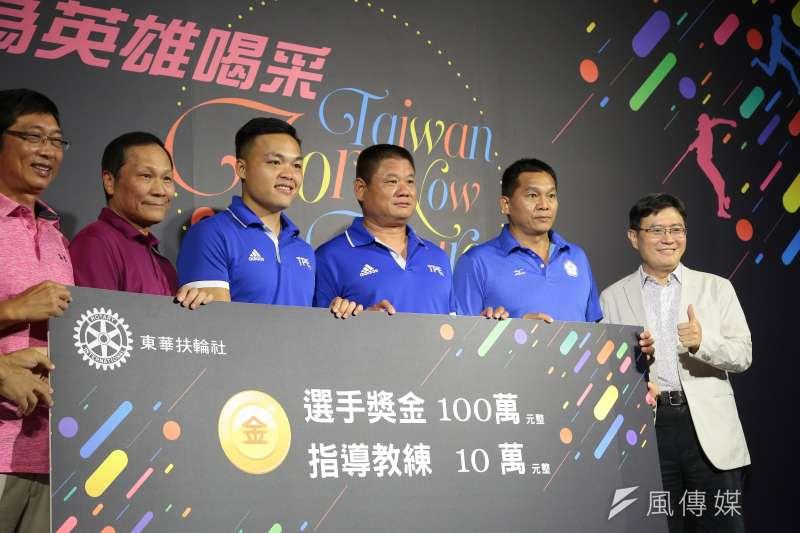 20170916-世大運田徑項目標槍金牌選手鄭兆村(左3)16日出席「世大運台灣英雄贈獎」記者會。(顏麟宇攝)