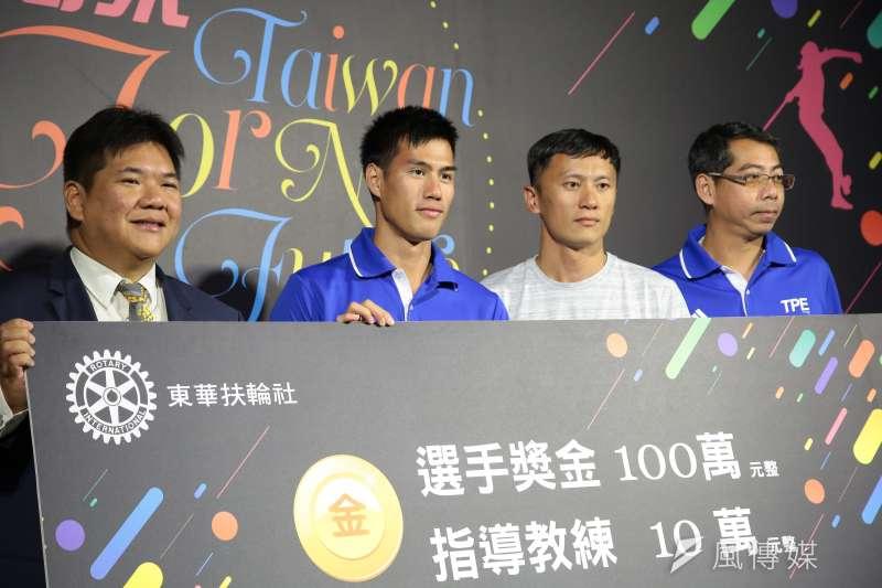 20170916-世大運田徑百米金牌選手楊俊瀚(左2)16日出席「世大運台灣英雄贈獎」記者會。(顏麟宇攝)