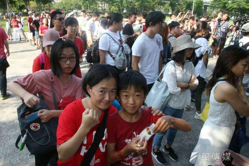 2017-09-17-「CHINA!FREE LI 聲援李明哲人體排字行動」04-有民眾全家到場聲援。(陳明仁攝)