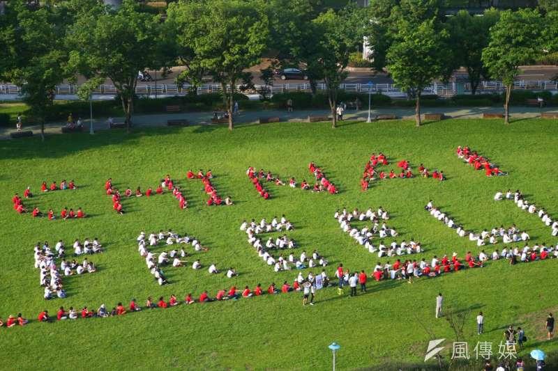 臉書粉絲專頁「尋找李明哲」17日於台北市中央藝文公園進行「CHINA!FREE LI 聲援李明哲人體排字行動」。(陳明仁攝)