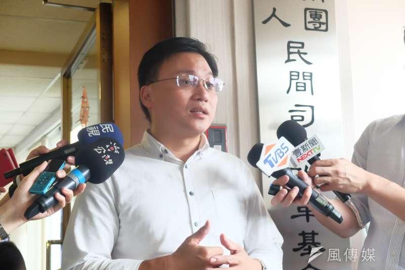 民間司改會主任蕭逸民說明李凈瑜遭中國網軍「鬥黃鬥臭」,中國的目的就是要拖垮李明哲的英雄形象。(謝孟穎攝)