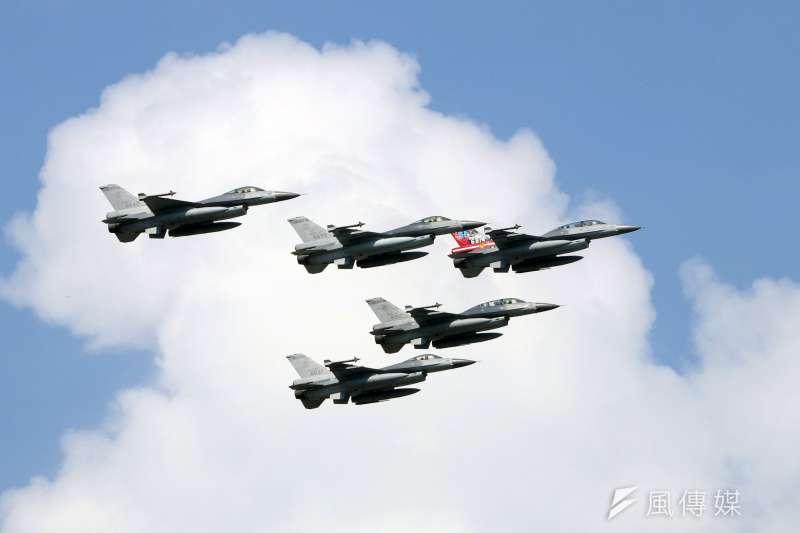 20170919-空軍花蓮基地將於本周六對外開放,今天上午進行全兵力預校。圖為F-16戰機編隊衝場。(蘇仲泓攝)