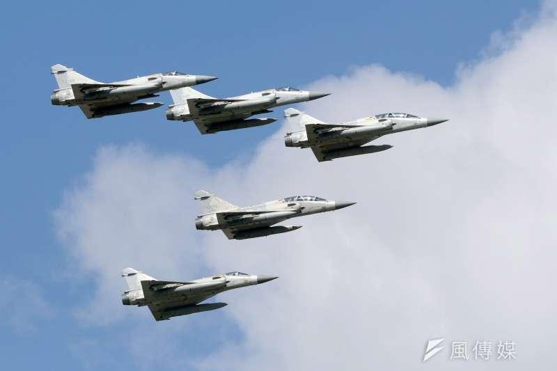 20170919-空軍花蓮基地將於本周六對外開放,今天上午進行全兵力預校。圖為幻象2000戰機編隊衝場。(蘇仲泓攝)