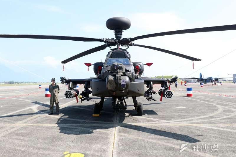 20170919-空軍花蓮基地將於本周六對外開放,今天上午進行全兵力預校。圖為地面陳展的陸軍阿帕契攻擊直升機。(蘇仲泓攝)
