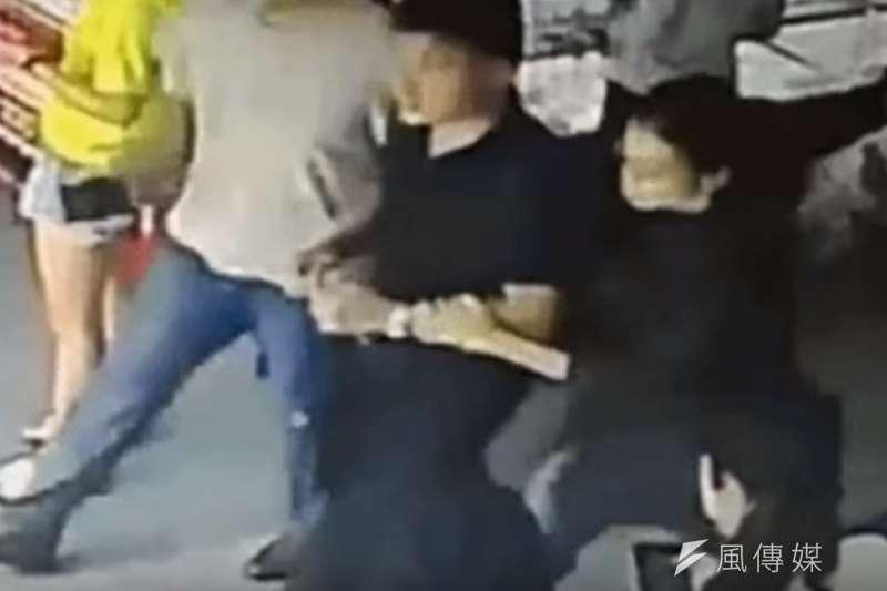 中國網路上再度傳出李凈瑜與男子「挽手逛街」的影片,但畫面卻僅有3秒鐘。(取自視頻)