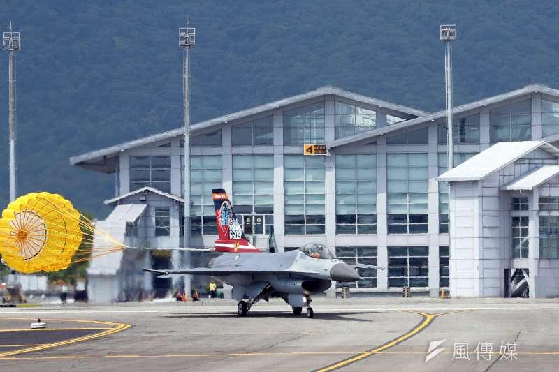 20170919-空軍花蓮基地將於本周六對外開放,今天上午舉行全兵力預校。圖為F-16戰機進行單機性能展示,演練結束後施放阻力傘實施短場降落。(蘇仲泓攝)