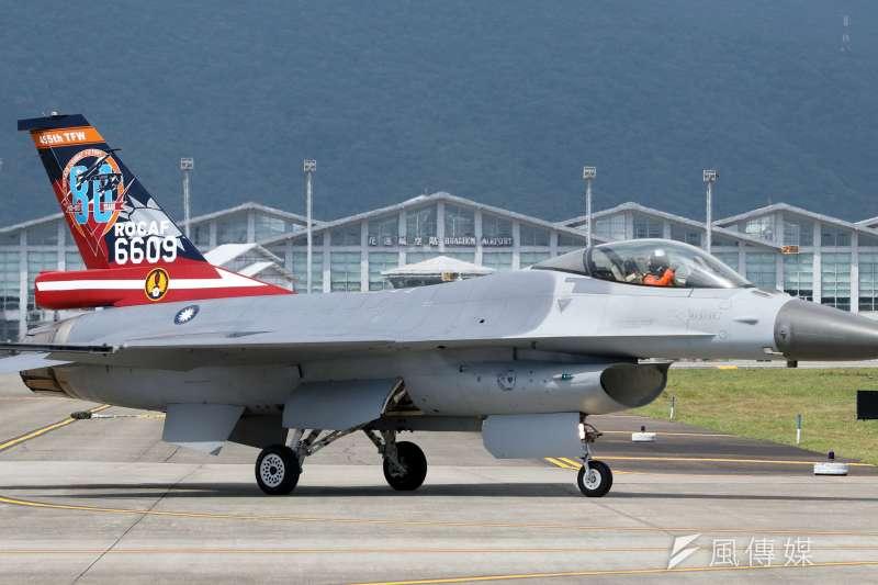 空軍F-16A/B升級為F-16V的「鳳展專案」中,增購AN/ALQ-131A FMS電戰莢艙項目遭立委質疑價格昂貴,決議立院未同意動支預算前,空軍不准與美方簽署發價書。 圖為空軍F-16戰機。(資料照,蘇仲泓攝)
