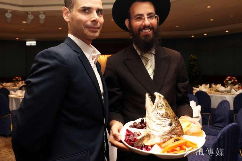 台灣猶太社群慶祝「猶太新年」,享用許多符合猶太教義規定的特色美食。圖中的料理,包括魚頭在內和周邊擺設的食物,都有其用意。(蘇仲泓攝)