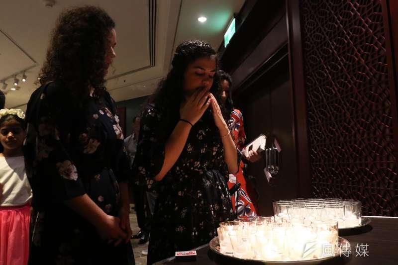 20170920-臺灣的猶太社群在今日晚間慶祝「猶太新年」,享用許多符合猶太教義規定的特色美食。圖中則為晚宴現場點燃蠟燭,供參與者緬懷追思並進行禱告。(蘇仲泓攝)