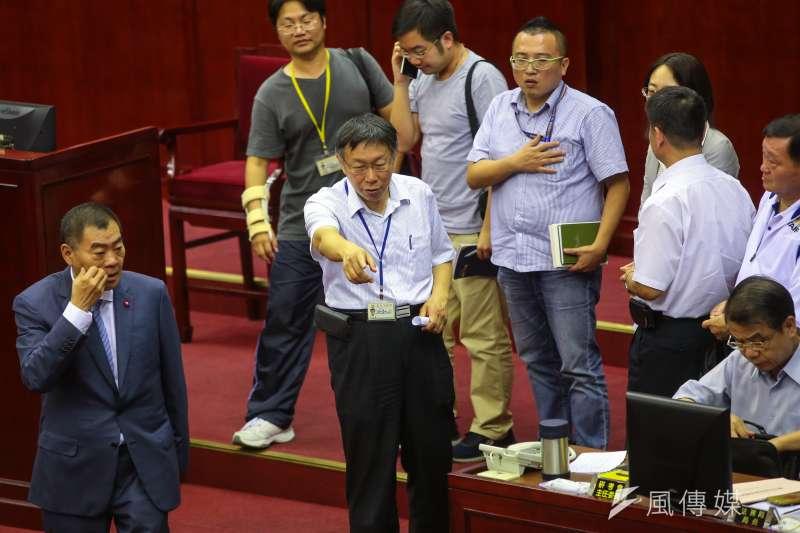 台北市長柯文哲於台北市議會備詢,坦言市警局長人事調動,讓他覺得被偷襲。(顏麟宇攝)