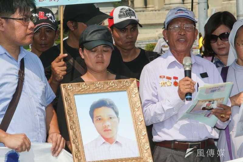 遭警方射殺的越南外勞阮國非,其家人在2017年台灣移工聯盟「影像戳破警方謊言移工根本命不該絕」總統府前記者會,悲憤地要求真相。(資料照,陳明仁攝)